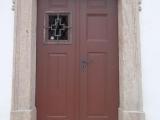 Dveře v pískovcovém portálu