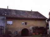 Fasada ze dvora pred opravou