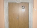Pohled na portal dveri z prujezdu na schodiste