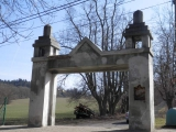 Brána od zámku před opravou